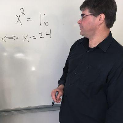 Opiskelija Elina Seppä ja lehtori Tommi Salmela