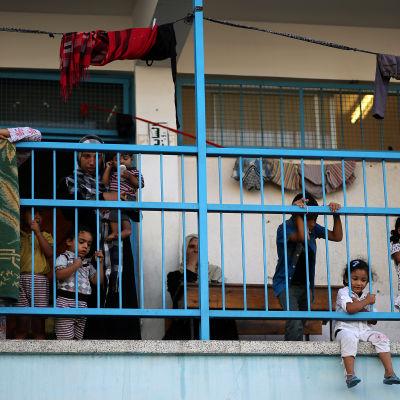 Familjer trängs i en FN-skola i Jabalia, norra Gazaremsan.