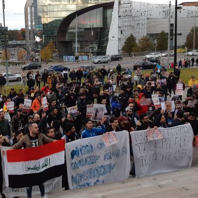 Demonstration vid riksdagshuset. Irakier deltar.