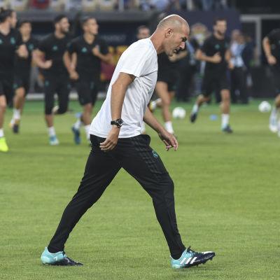 Zinedine Zidane värmer upp på fotbollsplanen tillsammans med laget.