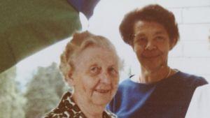 """Hilma Granqvist, Dagmar """"Daga"""" Eklund och en brorsdotter på Hilmas balkong när hennes 75-års dag firas 1975. Fotot är taget av ett originalfoto."""