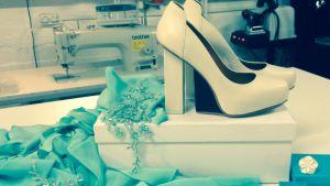 Kangasta, kengät ja koruja.