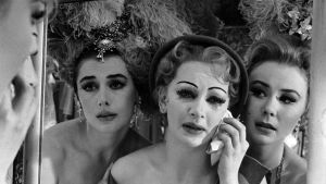 Taina Elg (keskellä) elokuvassa Tytöt (Les Girls).