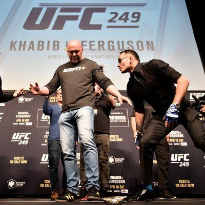 Habib Nurmagomedov ja Tony Ferguson UFC249-lehdistötilaisuudessa 6. maaliskuuta 2020 Las Vegasissa.