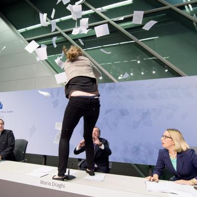 Draghi attackerades med konfetti under presskonferens