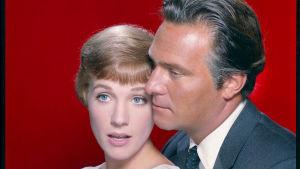Maria (Julie Andrews) och Georg von Trapp (Christopher Plummer) i närbild.
