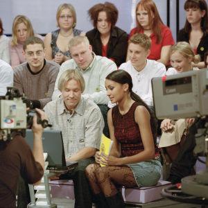 """Juontaja Tea Khalifa ja """"Netti-Eetu"""" Eemeli Volanen Videotreffit-ohjelmassa vuonna 2001"""