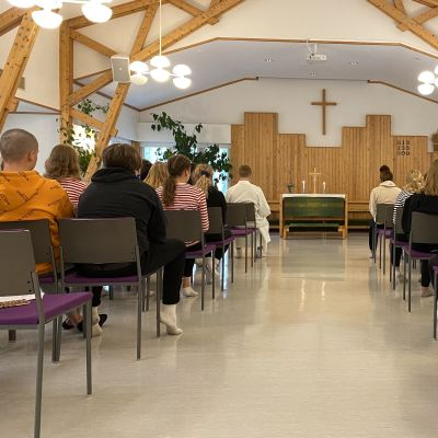 Rippikoululeiriläiset Joutenlammen kirkkosalissa Kajaanissa.