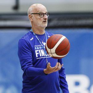 Henrik Dettmann är chefstränare i basketlandslaget.