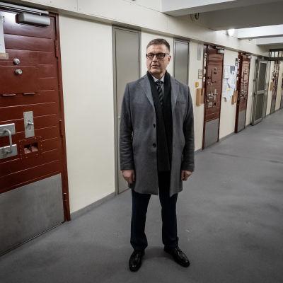 Arto Kujala, RISE pääjohtaja helsingin vankilan käytävällä