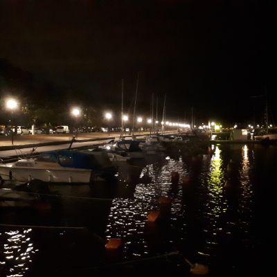 Helsingin edustalla Liuskaluodon ja Merisatamanrannan välissä meressä havaittiin öljyvuoto 18.8.2019. Pelastuslaitos esti öljyn leviämisen puomeilla.