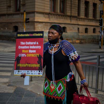 Taiteilija osoittamassa mieltään rajoituksia vastaan Etelä-Afrikassa.