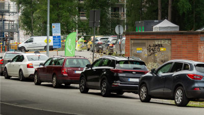 Autoja jonossa drive-in koronatestiin Tampereen Kaupissa