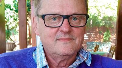 Emeritusprofessori Kari Uusikylän kasvokuva.