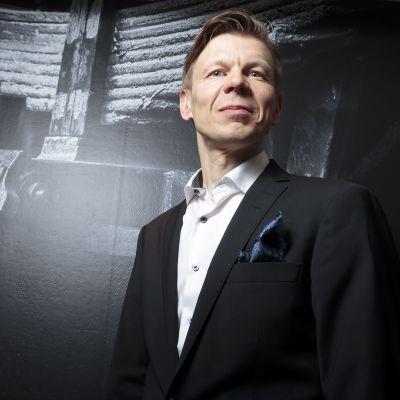 Mikko Salonen poserar under OK:s pressinfo.