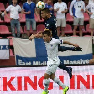 Simon Skrabb i en nickduell med en spelare från Bosnien
