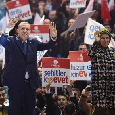 Erdogan vaimoineen vaalitilaisuudessa.