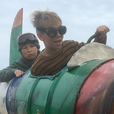 Kaksi poikaa lentolasit päässä tynnyreistä rakennetussa ilmalaivassaan Pertsa ja Kilu -elokuvan mainoskuvissa.