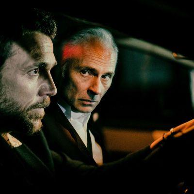 Tummanpuhuva brittiläinen draamakomedia kahden veljen salaisuudesta.