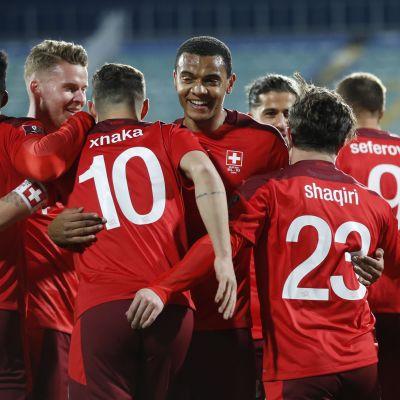Sveitsi juhlii MM-karsintaottelussa Bulgariaa vastaan maalia.