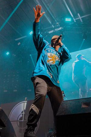 Public Enemy Radio esiintyi Helsingissä Gods of Rap -tapahtumassa. Kuvassa etualalla on räppäri Jahi pukeutuneena Leijonien jääkiekkopaitaan. Taustalla Chuck D.