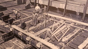 Kon-Tiki-lauttaa rakennetaan Perun merivoimien telakalla, Callaossa 1947