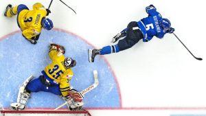 Rasmus Ristolainen gör mål mot Sverige.