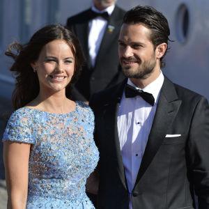Sofia Hellqvist och prins Carl Philip på förfest på Skeppsholmen.