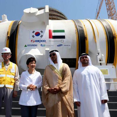 Etelä-Korean presidenttti Park Geun-hye kuvattuna voimalatyömaan pihalla