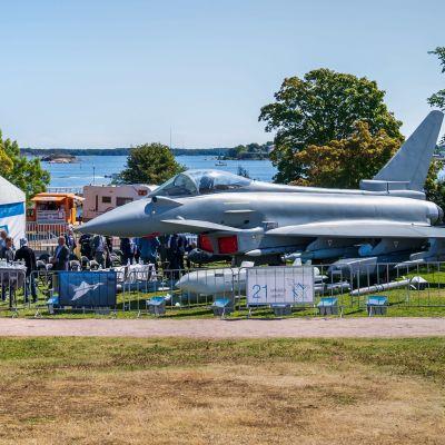 Helsingin kaivopuistossa Eurofighter Typhoon -hävittäjä.