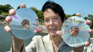 barbara Helsingius håller upp två CD-skivor.