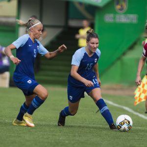 Emma Koivisto och Natalia Kuikka kämpar om bollen i en match mot Serbien