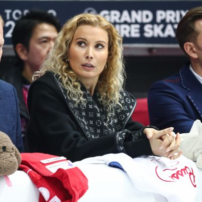 Eteri Tutberidze (kesk.) kuuluu kaikkien aikojen menestyneimpiin taitoluisteluvalmentajiin.