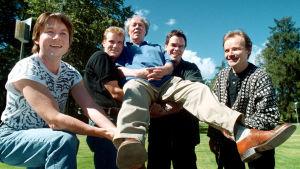 Jorma Panula oppilaidensa Esa-Pekka Salonen, Juha Nikkola, Hannu Lintu ja Tuomas Ollila kannattelemassa kultatuolissa. 2000-08-07, Helsinki