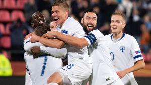 Fotbollslandslaget firar.