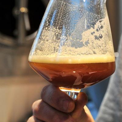 Ett glas med halvjäst öl.