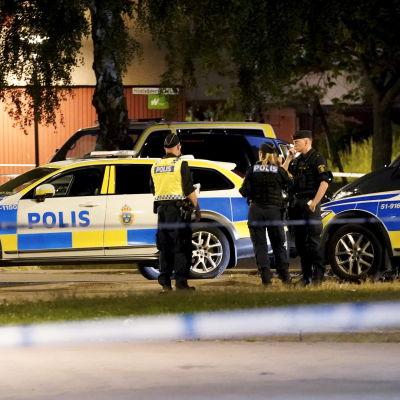 Polisbilar och polisar står i Göteborg natten till 1.7.2021 i samband med en dödsskjutning av en polis.