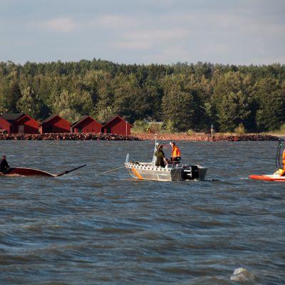 Två människor i skötbåt räddadas av sjöräddare