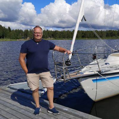 Marko Mehtälä venesataman laiturilla purjeveneen edessä.