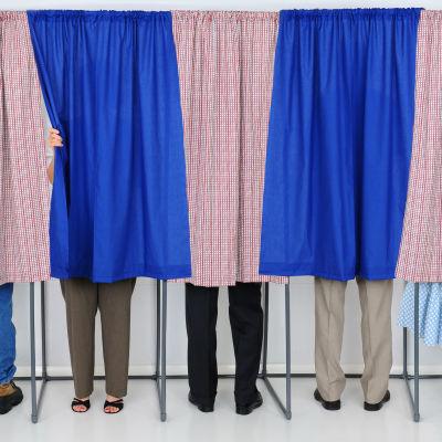 Ihmisiä äänestämässä