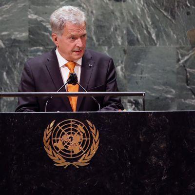 President Sauli Niinistö står i talarstolen i FN:s generalförsamling i New York.
