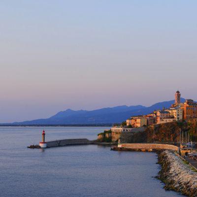 Bastian kaupunki Korsikan saarella.