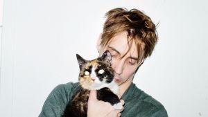Skådespelaren Michael Jonsson med katten i famnen spelar i P.O. Enquists pjäs I lodjurets timma. 2016.