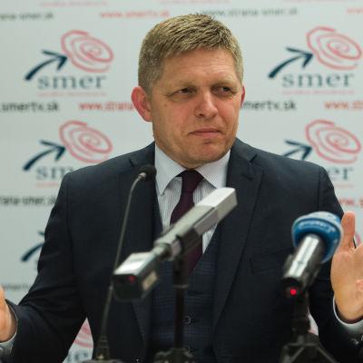 Slovakiens premiärminister Robet Fico håller presskonferens efter parlamentsvalet den 5 mars 2016.