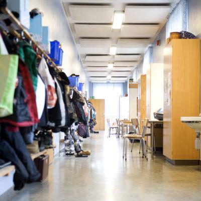 Klädhängare längs med väggen i en korridor i en skola
