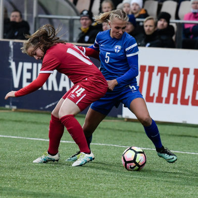 Emma Koivisto spelar i Finlands damfotbollslandslag.