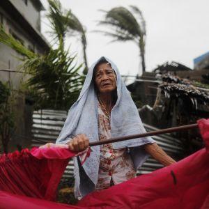 Äldre kvinna bland bråtet i det tyfondrabbade Aparri i Filippinerna.