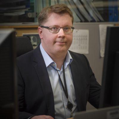 Kuvassa Niko Herrala Suomen Pankista.