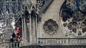 Del av den eldhärjade Notre-Dames fasad