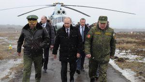 Vladimir Putin inspekterar en militärmanöver i östra Karelen